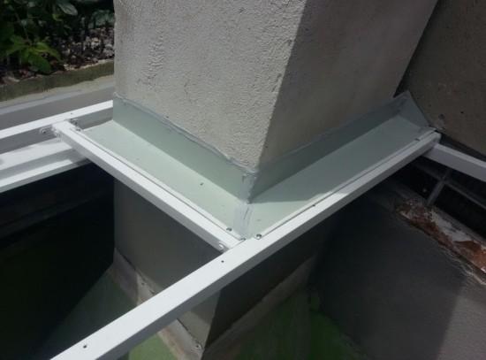 Solução em vedação com as telhas de Policarbonato click cor INFRA RED em cobertura de fundo de sobrado em chaminé de churrasqueira