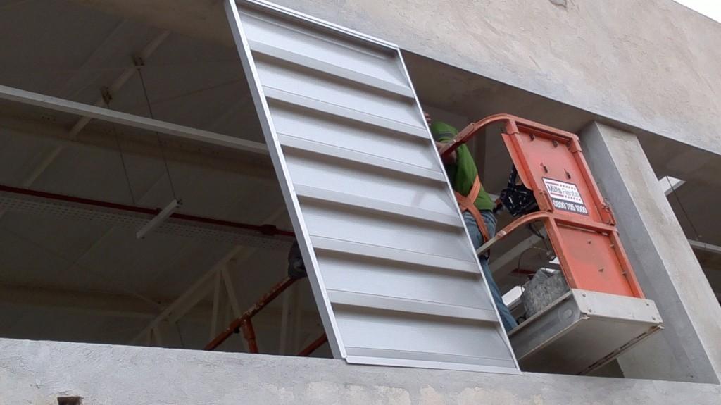Como instalar veneziana industrial em Policarbonato Antes uma Quadra de tenis - a Polysolution forneceu os quadros e o cliente instalou no vão livre da parede / pre-moldado