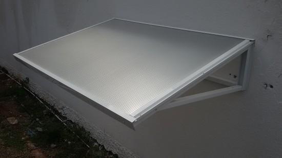 Chapa de Policarbonato Alveolar Bronze Refletivo Multiux- - embaixo é Bronze, na parte de cima exposta ao sol é Refletiva Pratae Perfis de aluminio pintura epóxi branco - redução em torno de 7º C. calor