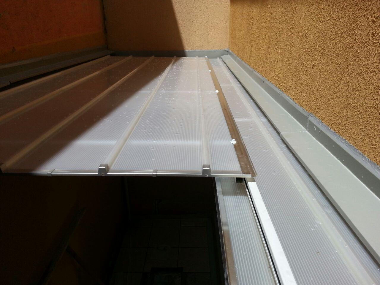 Cobertura retr til com as telhas de policarbonato click for Roldanas para toldos