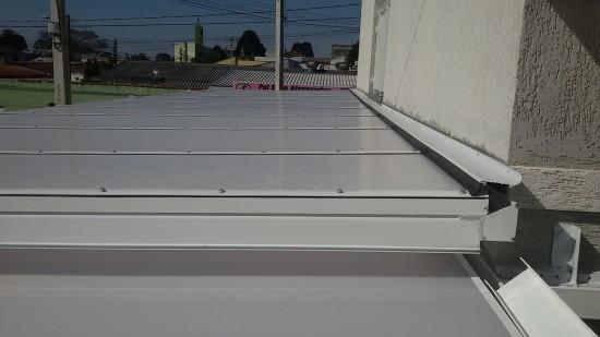 PErfil Rufo vedando parede e estrutura de Policarbonato - montagem de cobertura de Policarbonato com Perfil de aluminio fixado com fita adesiva VHB e Perfil Trapézio - chapa alveolar 10 mm Infra red