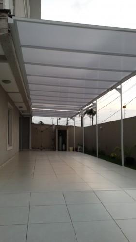 montagem de cobertura de Policarbonato 14 x 3 metros com Perfil de aluminio fixado com fita adesiva VHB e Perfil Trapézio - chapa alveolar 10 mm Infra red