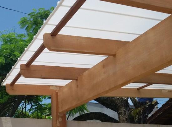 Pergolado de Madeira coberto com as Telhas de Policarbonato Click Infra Red Heat Bloc Ouro - Redução de calor de 9º C de Calor - Polysolution