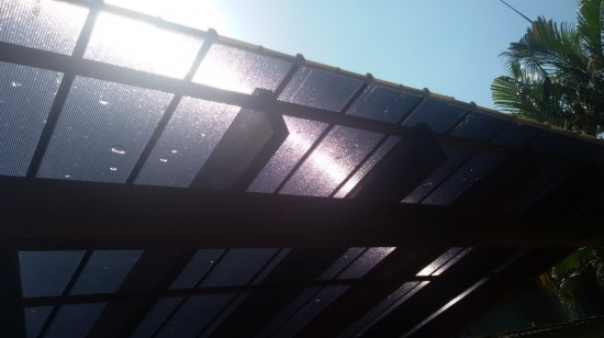 Pergolado de MAdeira coberto com as Telhas de Policarbonato click Polysolution Cor Cinza escuro ou cor fumê - sistema modular em Policarbonato Click