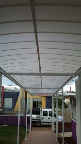 Cobertura de policarbonato curva em arco com as Telhas de Policarbonato click cor Infra Red Branco Leitoso Heat Bloc Ouro - utilizando perfil viga-calha PC 4412 em aluminio 76,2 mm