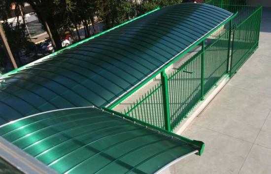vista superior Cobertura Passarela de Policarbonato em Escola com as Telhas de Policarbonato click cor Verde Translucida, Estrutura metálica em arco Tubular - Polysolution