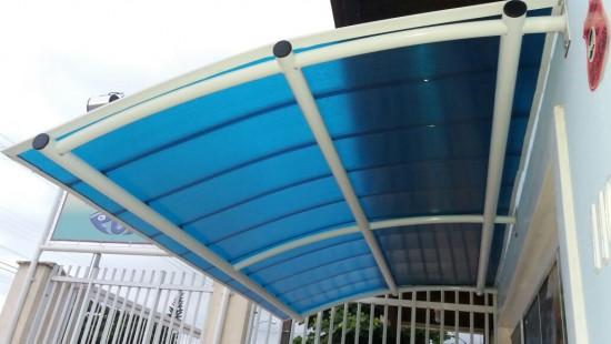 Toldo com Telhas de Policarbonato Click cor azul Translucida Curva PolysolutionToldo com Telhas de Policarbonato Click cor azul Translucida Curva Polysolution