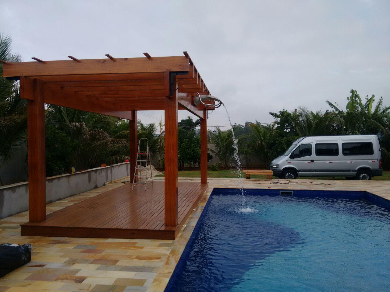 Telha click bronze em pergolado de madeira na rea de for Pergolas para piscinas