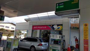 toldo unindo os dois ambientes dos postos de abastecimento e conveniência ipiranga e Petrobras.