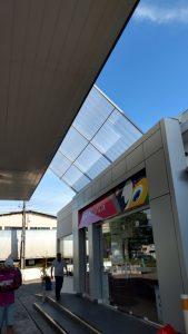 toldo unindo os dois ambientes dos postos de abastecimento e conveniência Petrobras.