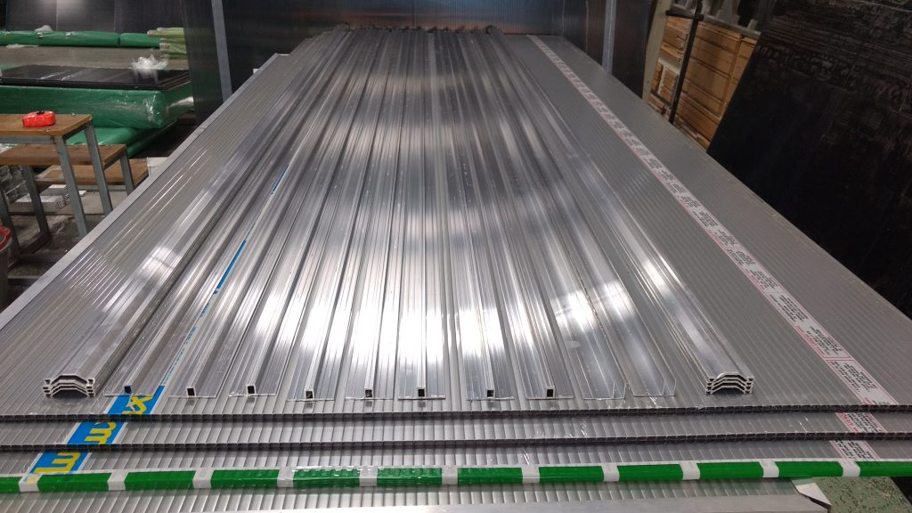 Pergolado de Madeira Roliça (Eucalipto) - com Perfil regua T - regua de aluminio T é aqui na Polysolution
