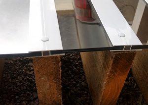 Pergolado de madeira cobertura de vidro e policarbonato com perfil H de 10 mm