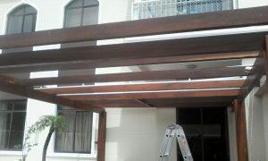 Pergolado de madeira com CAIMENTO ZERO solução cobertura de Policarbonato Polysolution
