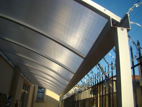 Multi painel com perfil viga calha de aluminio e Comparação caracteristicas Perfil Viga-calha PC 4411 e Perfil viga-calha PC 4411 em Aluminio 3 e 4 polegadas - Polysolution