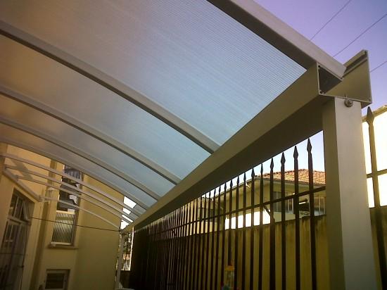 Perfil viga calha PC 4411 da Polysolution fixo em aluminio vence vão livre de 5 metros