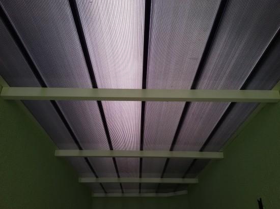 Telhas de Policarbonato Click cor Fumê - entre paredes - vista de baixo -Polysolution