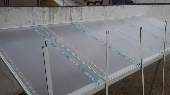 fornecemos todos os perfis de união - sistema Modular de instalação de uma cobertura de Policarbonato Alveolar 10mm cristal bicamera com perfis de aluminio Viga-Calha PC 4412 e Perfil Estrutural PC 5512