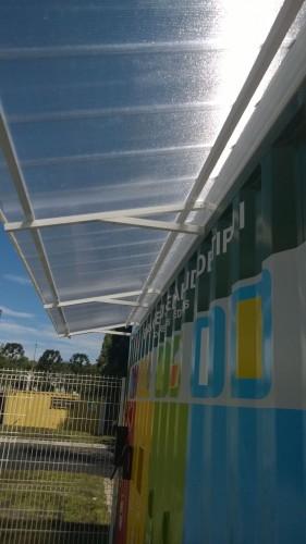 Toldo em Policarbonato telha click cor cristal em container de sustentabildiade Polysolution - estrutura leve em aluminio
