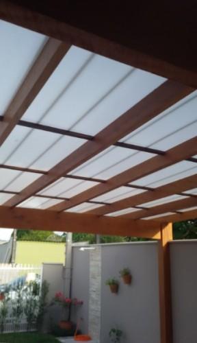 Pergolado de madeira coberto com as Telhas de Policarbonato Click cor Branco Leitoso com aditivo Infra red Heat Bloc para maior luminosidade e redução de calor - Polysolution