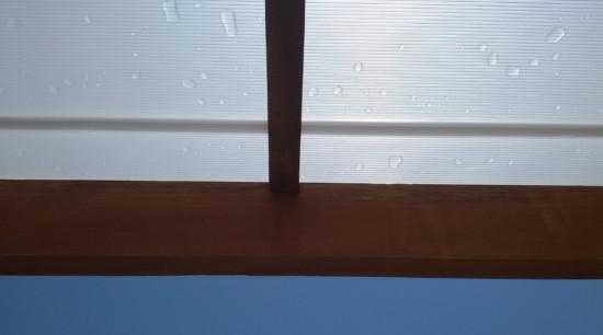 redução de calor e Ofuscamento das vistas - Pergolado de madeira coberto com as Telhas de Policarbonato Click cor Branco Leitoso com aditivo Infra red Heat Bloc para maior luminosidade e redução de calor - Polysolution