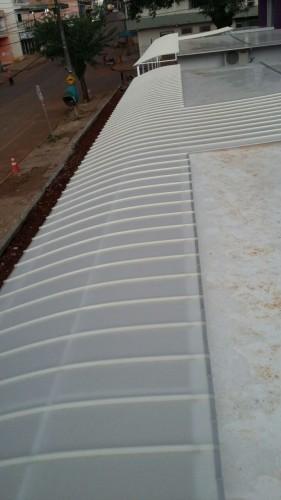 Cobertura de policarbonato curva em arco com as Telhas de Policarbonato click cor Infra Red Branco Leitoso Heat Bloc Ouro - utilizando perfil viga-calha PC 4412 em aluminio 76,2 mm - Polysolution