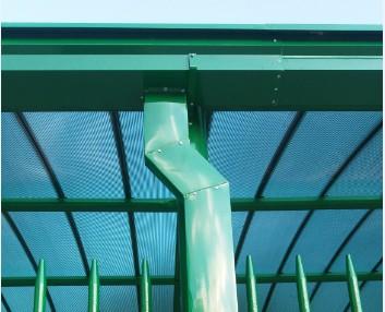 Cobertura Passarela de Policarbonato em Escola com as Telhas de Policarbonato click cor Verde Translucida, Estrutura metálica em arco Tubular - Polysolution