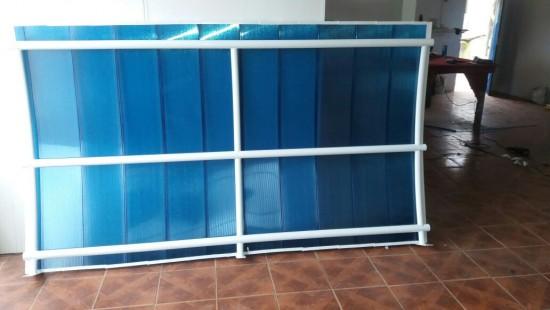 toldo com as telhas de Policarbonato Click Azul translucido e estrutura metálica em metalon redondo curvado