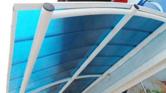 Toldo com Telhas de Policarbonato Click cor azul Translucida Curva Polysolution