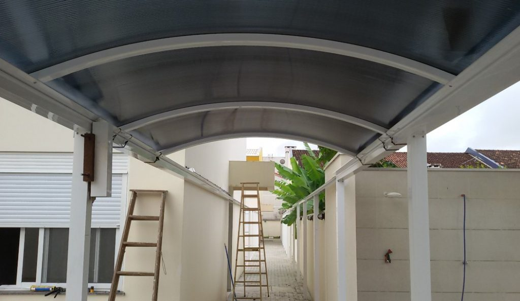passarela em policarbonato e perfis de aluminio estrutural