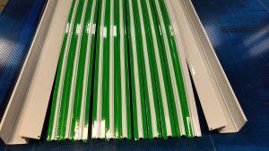 Coberta de Policarbonato com Perfis de aluminio Viga-Calha + Perfil de Aluminio Resolve PC5038 + perfil de Aluminio T Invertido base do perfil PC5512 + Rufo de aluminio cvom gaxeta de EPDM + Perfil Trapézio e demais acessórios de fixação e vedação - Polysolution