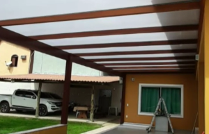 Pegolado de Madeira coberto com Policarbonato Alveolar Branco Leitoso Infra Red 10 mm - POLYSOLUTION